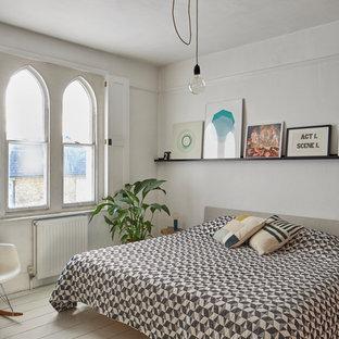Foto de dormitorio nórdico, de tamaño medio, con paredes blancas, suelo de madera pintada y suelo beige