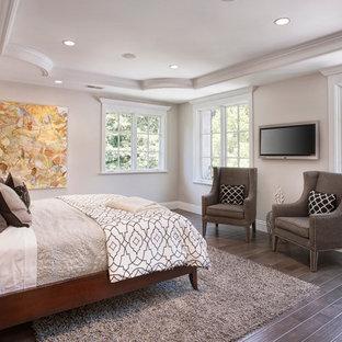Bild på ett vintage sovrum, med grå väggar, mörkt trägolv och brunt golv