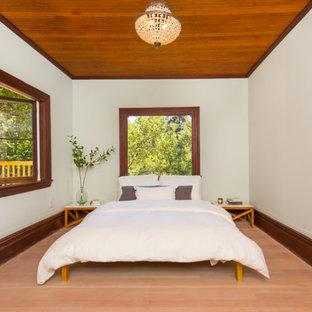 Modelo de habitación de invitados rural, sin chimenea, con paredes verdes y suelo de madera clara