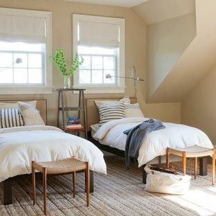 Großes Klassisches Gästezimmer mit beiger Wandfarbe und braunem Holzboden in New York