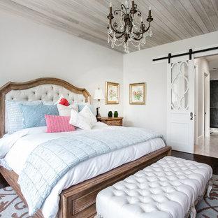 Esempio di una camera matrimoniale country di medie dimensioni con pareti grigie, parquet scuro, nessun camino e pavimento nero
