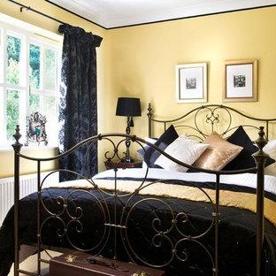Imagen de habitación de invitados contemporánea, de tamaño medio, con paredes amarillas y moqueta