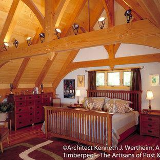 Ejemplo de dormitorio tipo loft, clásico, con paredes púrpuras y suelo de madera en tonos medios