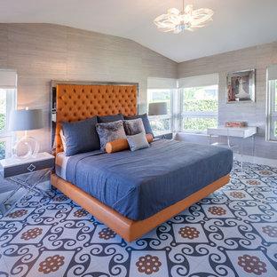 Modelo de dormitorio vintage con paredes beige y suelo multicolor