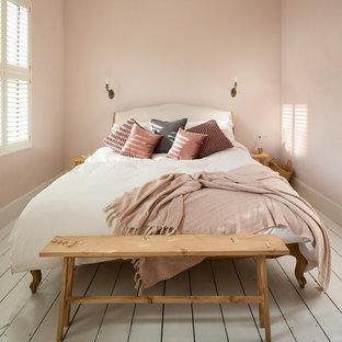 Immagine di una camera da letto scandinava con pareti rosa, pavimento in legno verniciato e pavimento bianco
