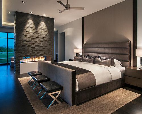 Chambre avec un manteau de cheminée en pierre et un sol en bois ...