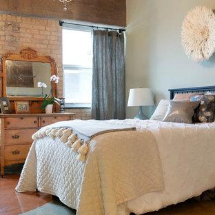 Foto de habitación de invitados urbana con paredes blancas, suelo de cemento y suelo multicolor