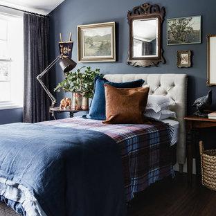 Неиссякаемый источник вдохновения для домашнего уюта: большая гостевая спальня в классическом стиле с синими стенами и темным паркетным полом