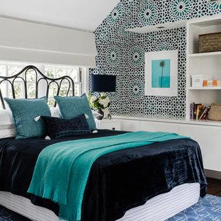 Modelo de habitación de invitados bohemia, grande, con paredes multicolor y suelo de madera oscura