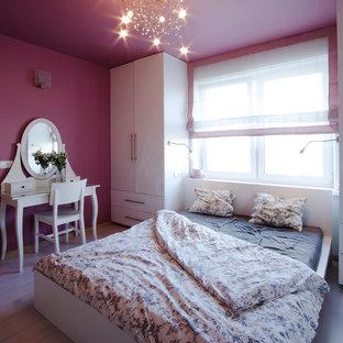 他の地域の小さいコンテンポラリースタイルのおしゃれな主寝室 (淡色無垢フローリング、暖炉なし、紫の壁) のレイアウト