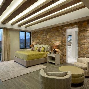 Idéer för ett mycket stort amerikanskt huvudsovrum, med beige väggar och ljust trägolv