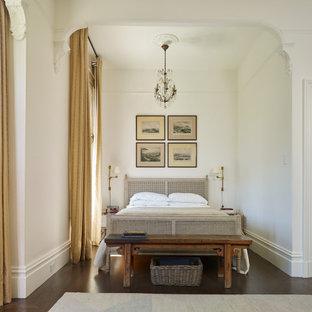 Стильный дизайн: спальня в викторианском стиле с белыми стенами, темным паркетным полом и коричневым полом - последний тренд