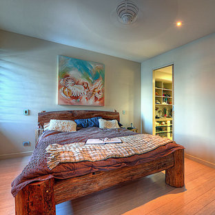 Imagen de dormitorio principal, exótico, con suelo de bambú