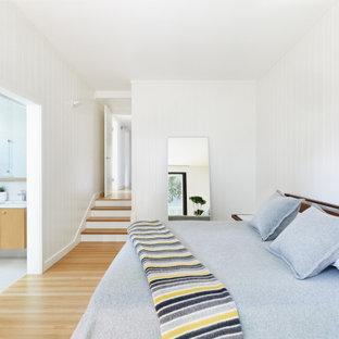 サンフランシスコの広いコンテンポラリースタイルのおしゃれな主寝室 (淡色無垢フローリング、白い壁、ベージュの床、塗装板張りの壁) のレイアウト