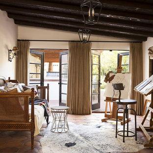 Неиссякаемый источник вдохновения для домашнего уюта: гостевая спальня среднего размера в стиле кантри с бежевыми стенами, полом из терракотовой плитки и коричневым полом без камина