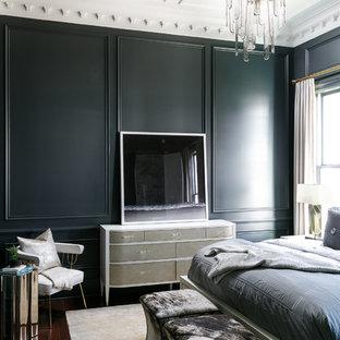 Immagine di una camera matrimoniale chic di medie dimensioni con pareti verdi, pavimento in legno massello medio e pavimento marrone