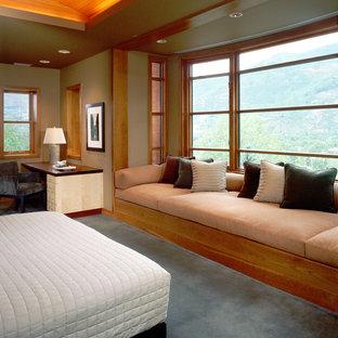 Modelo de dormitorio principal, minimalista, grande, sin chimenea, con paredes marrones, moqueta y suelo gris