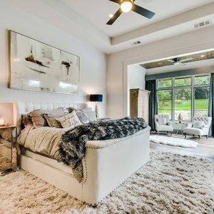 オースティンの地中海スタイルのおしゃれな主寝室 (白い壁、淡色無垢フローリング、ベージュの床) のレイアウト