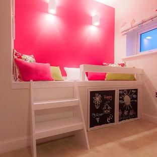 Inspiration pour une chambre design de taille moyenne avec un mur rose.