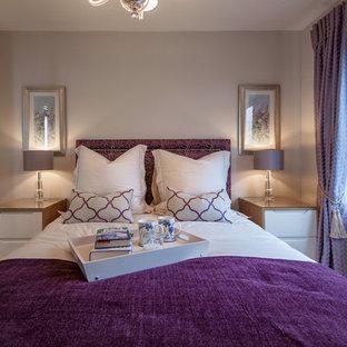 バッキンガムシャーの小さいトラディショナルスタイルのおしゃれな主寝室 (ベージュの壁、カーペット敷き) のレイアウト