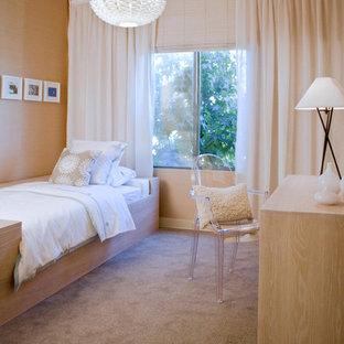 Esempio di una camera da letto minimalista con pareti beige, moquette e nessun camino