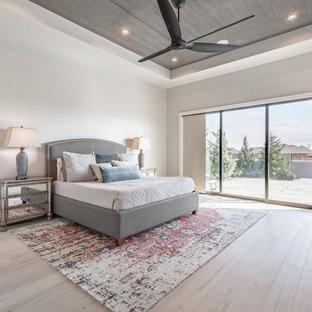 Imagen de dormitorio principal, clásico renovado, con paredes grises, suelo de madera clara y suelo beige
