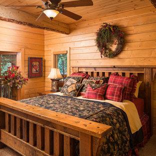 Rustik inredning av ett sovrum, med heltäckningsmatta