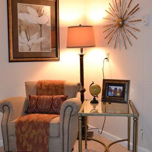 Kleines Klassisches Schlafzimmer mit beiger Wandfarbe und Teppichboden in Jacksonville