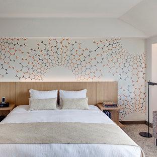Inspiration för mellanstora 60 tals huvudsovrum, med flerfärgade väggar och heltäckningsmatta