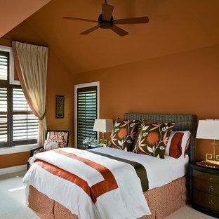 Exempel på ett klassiskt sovrum, med orange väggar och heltäckningsmatta