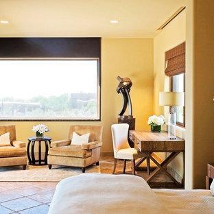 フェニックスのコンテンポラリースタイルのおしゃれな主寝室 (黄色い壁、セラミックタイルの床) のインテリア