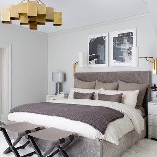 ニューヨークの広いモダンスタイルのおしゃれな主寝室 (グレーの壁、濃色無垢フローリング、暖炉なし、茶色い床) のインテリア