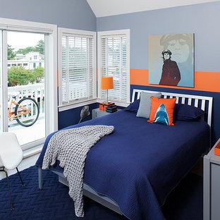 ニューヨークの中くらいのビーチスタイルのおしゃれなロフト寝室 (グレーの壁、無垢フローリング、グレーの床) のインテリア