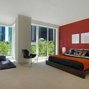 Ispirazione per una camera da letto moderna con pareti rosse, moquette e letto davanti alla finestra