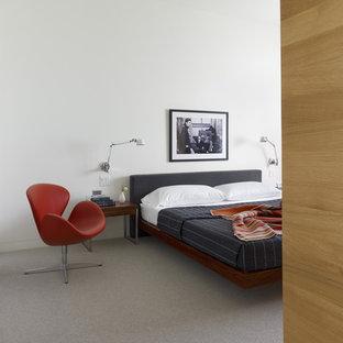 Idee per una camera da letto scandinava con pareti bianche e moquette