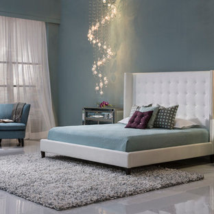 Foto de dormitorio tipo loft, moderno, grande, con paredes grises y suelo de baldosas de cerámica