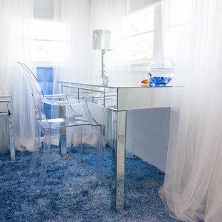 Esempio di una camera da letto contemporanea con pavimento blu