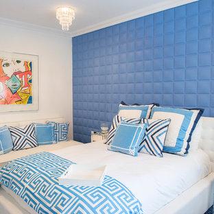 Inspiration pour une chambre design avec un mur bleu et un sol bleu.