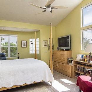 Modelo de dormitorio principal, actual, grande, con paredes verdes y suelo de baldosas de cerámica