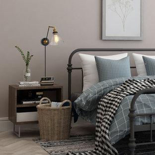 Esempio di una camera matrimoniale minimalista di medie dimensioni con pareti rosse, pavimento in compensato e pavimento beige