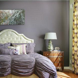 Inspiration pour une grand chambre parentale minimaliste avec un mur violet, un sol en bois brun et aucune cheminée.