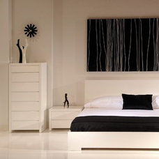 Modern Bedroom by Mikaza Home