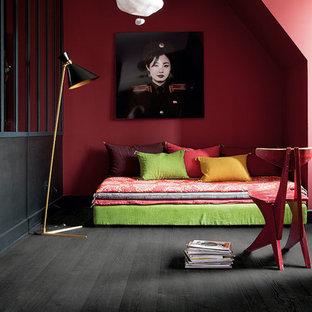Diseño de dormitorio moderno con suelo laminado y suelo negro