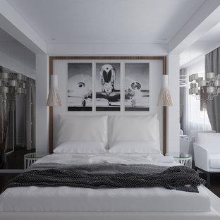 Diseño de dormitorio principal, moderno, pequeño, con paredes marrones y suelo de madera oscura