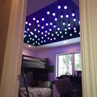 Неиссякаемый источник вдохновения для домашнего уюта: спальня среднего размера в стиле модернизм с белыми стенами и ковровым покрытием без камина