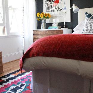 Modelo de habitación de invitados minimalista, pequeña, sin chimenea, con paredes negras y suelo de madera clara