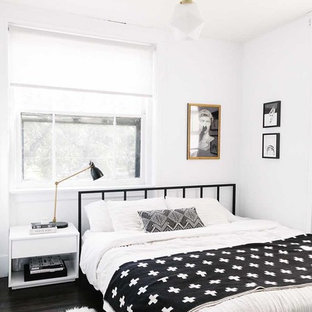 Inspiration pour une chambre d'amis nordique de taille moyenne avec un mur blanc.