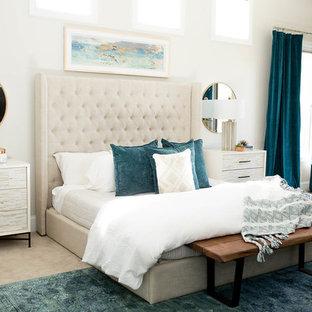 Idées déco pour une grande chambre éclectique avec un mur blanc et un sol beige.