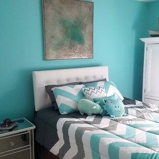 Ispirazione per una piccola camera da letto tradizionale con pareti blu e moquette