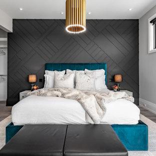 Modernes Schlafzimmer mit grauer Wandfarbe, grauem Boden und Wandpaneelen in Calgary